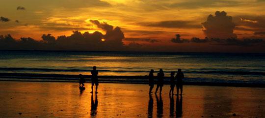 每年都有很多去普吉岛旅游的朋友,去普吉岛旅游不妨参与下当地的节庆活动。普吉岛上以种植橡胶为主,还有椰子、稻米和水果,渔业也较发达。橡胶、椰子和稻米也为岛上带来丰富的财源。在普吉岛,有着许多富有当地特色的节日,所以一年到头人们都有各种各样狂欢的理由,众多节日和丰富多彩的夜生活是普吉岛生活的一部分。  普吉岛的旅游观光业从1970年开始逐渐兴起,是东南亚具有代表性的旅游度假胜地。岛的西海岸正对安达曼海,那里遍布原始幼白的沙滩,每个沙滩都有各自的优点和魅力,白色的海滩,奇形异状的石灰礁岩,以及丛林遍布的山丘,每